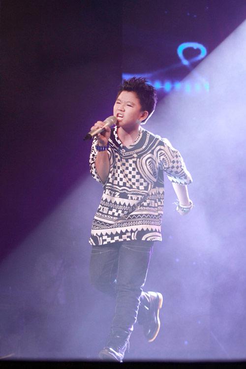 Quán quân The Voice Kids chững chạc trên sân khấu lớn - 12