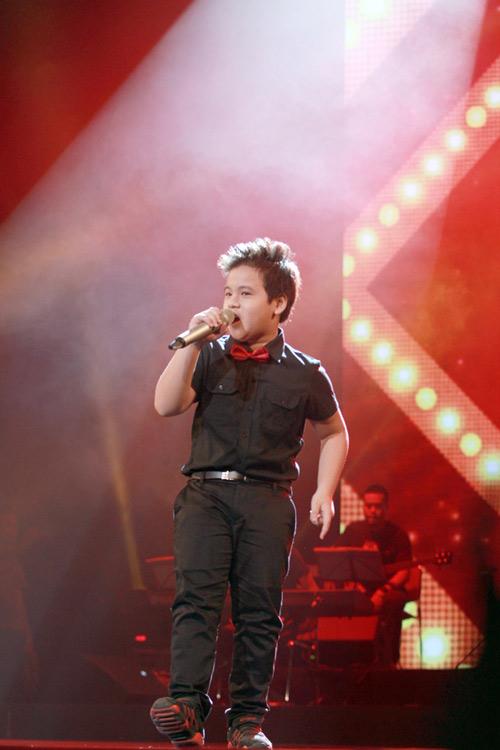 Quán quân The Voice Kids chững chạc trên sân khấu lớn - 14