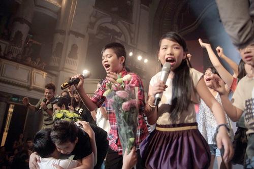 Quán quân The Voice Kids chững chạc trên sân khấu lớn - 11