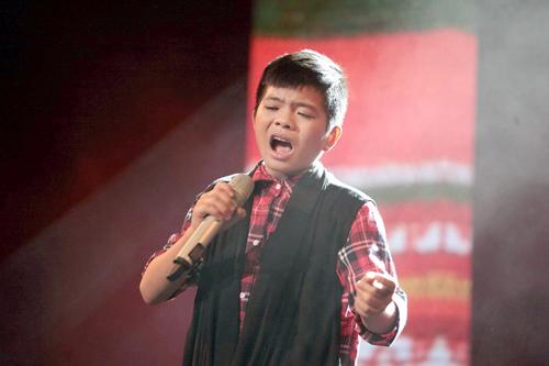Quán quân The Voice Kids chững chạc trên sân khấu lớn - 6