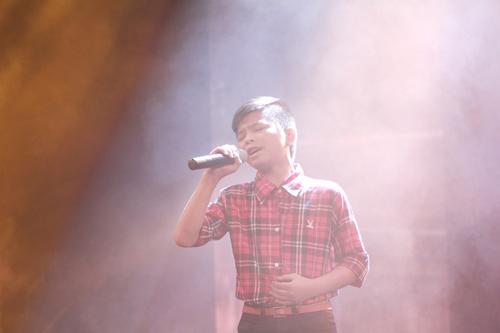 Quán quân The Voice Kids chững chạc trên sân khấu lớn - 7