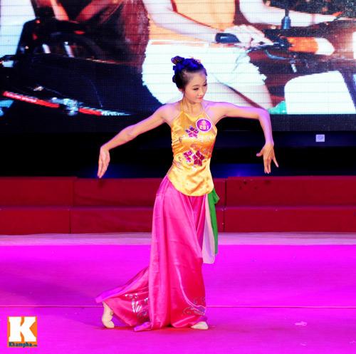 Hoa khôi sinh viên HN phô diễn tài năng - 14