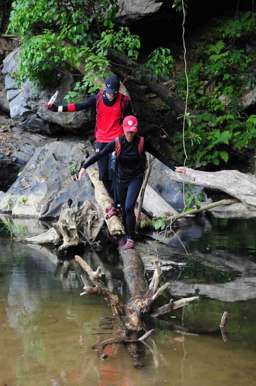 2 hotgirl lao vào rừng thiêng nước độc - 2