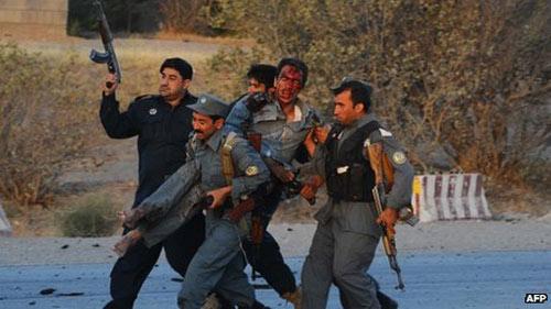 Taliban tấn công dữ dội tòa lãnh sự Mỹ - 2