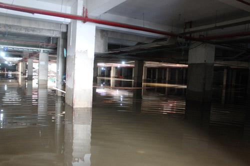 Tầng hầm chung cư ngập nặng, cư dân khốn khổ - 1