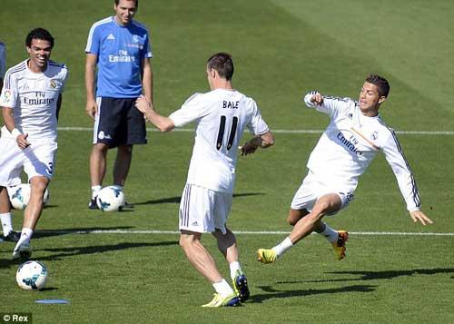 "Ronaldo ""dằn mặt"" Bale trên sân tập? - 1"
