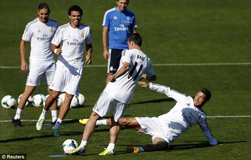 "Ronaldo ""dằn mặt"" Bale trên sân tập? - 2"