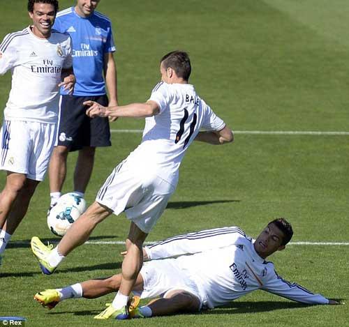 "Ronaldo ""dằn mặt"" Bale trên sân tập? - 3"