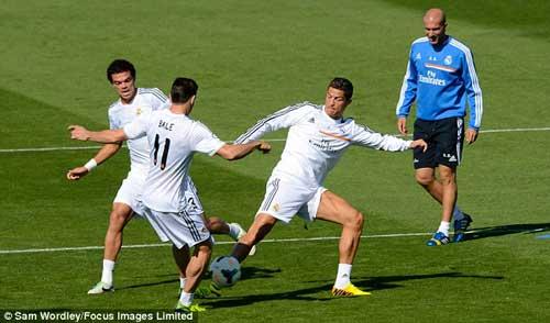 "Ronaldo ""dằn mặt"" Bale trên sân tập? - 4"