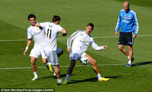 "Ronaldo ""dằn mặt"" Bale trên sân tập? - 5"