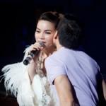 Ca nhạc - MTV - Hà Hồ bối rối với nụ hôn của fan nam