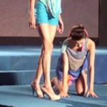 """Video Clip Cười - Xem người mẫu """"vồ ếch"""" trên sàn diễn"""