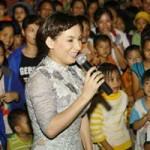 Ngôi sao điện ảnh - Phi Nhung đội mưa hát từ thiện tại chùa