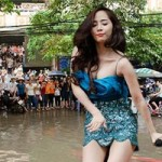 """Ngôi sao điện ảnh - Quỳnh Nga sexy hát giữa """"ốc đảo"""" ngập nước"""