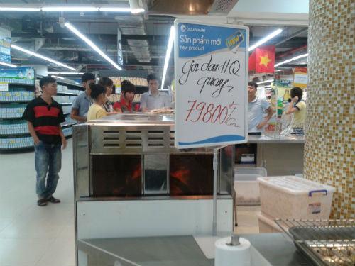 Xếp hàng vài tiếng để mua gà thải về ăn - 1