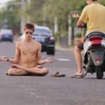 Phi thường - kỳ quặc - Nam sinh trút xiêm y, khỏa thân ngồi thiền giữa đường