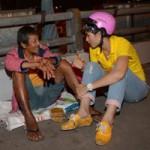 Thời trang - Trang Trần phát bánh cho người lang thang