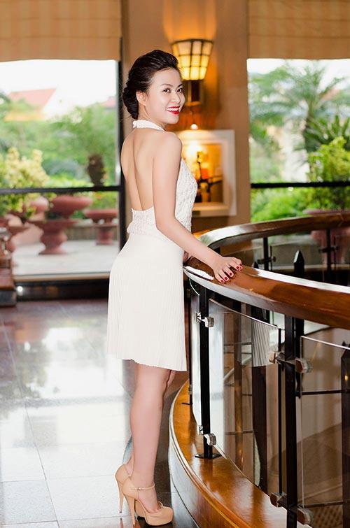 Hoàng Thùy Linh lưng trần nuột nà - 5