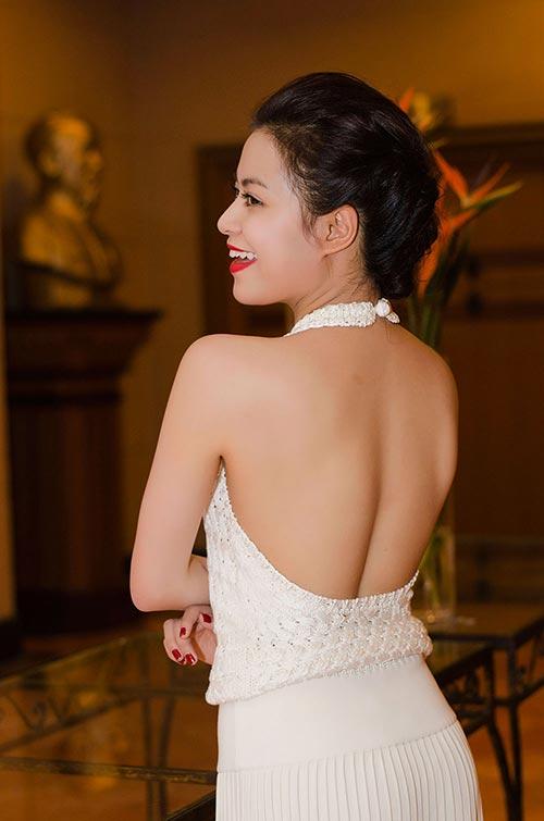 Hoàng Thùy Linh lưng trần nuột nà - 2