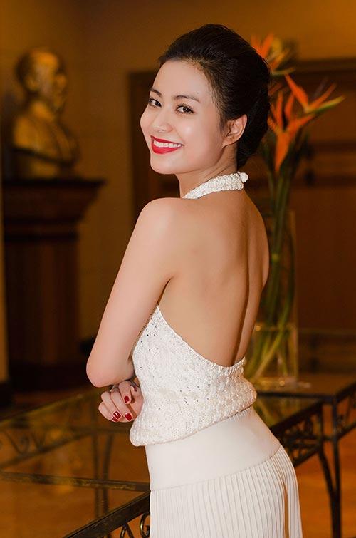 Hoàng Thùy Linh lưng trần nuột nà - 1