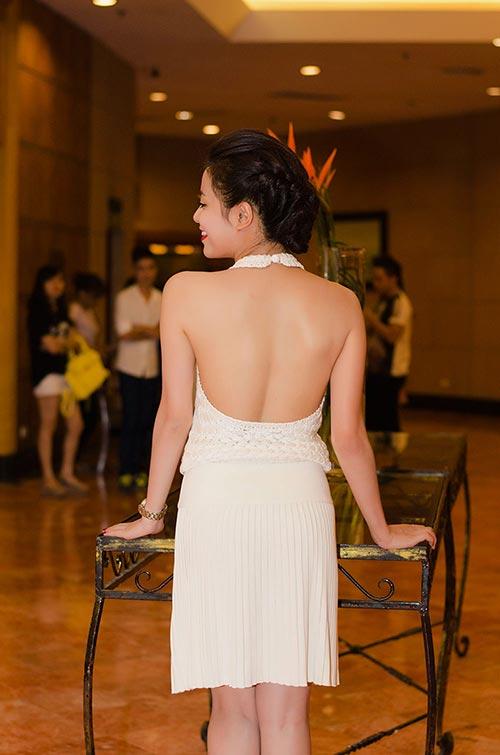 Hoàng Thùy Linh lưng trần nuột nà - 3