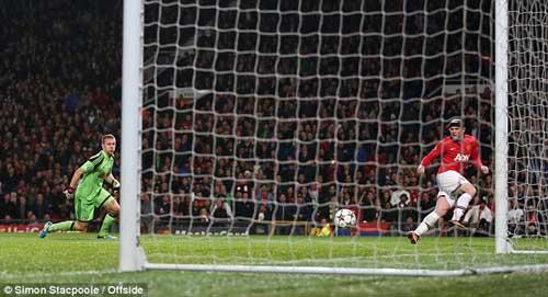 Rooney lý giải không chuyền cho Persie - 1
