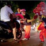 Tin tức trong ngày - Bày trò múa lân, chặn xe xin tiền người đi đường