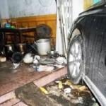 Tin tức trong ngày - Hãi hùng Lexus tông xe máy rồi lao vào quán phở