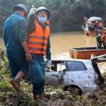 Tin tức trong ngày - Cuộc trục vớt xe Innova và nạn nhân qua ảnh
