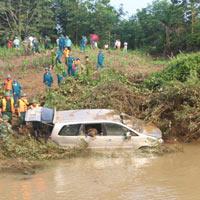 Vụ ô tô bị lũ cuốn: Khởi tố lái xe