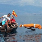"""Phi thường - kỳ quặc - """"Người lươn"""" trói chặt chân tay bơi 2km"""