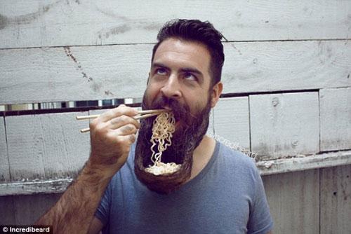 Người đàn ông có kiểu râu kỳ lạ - 1