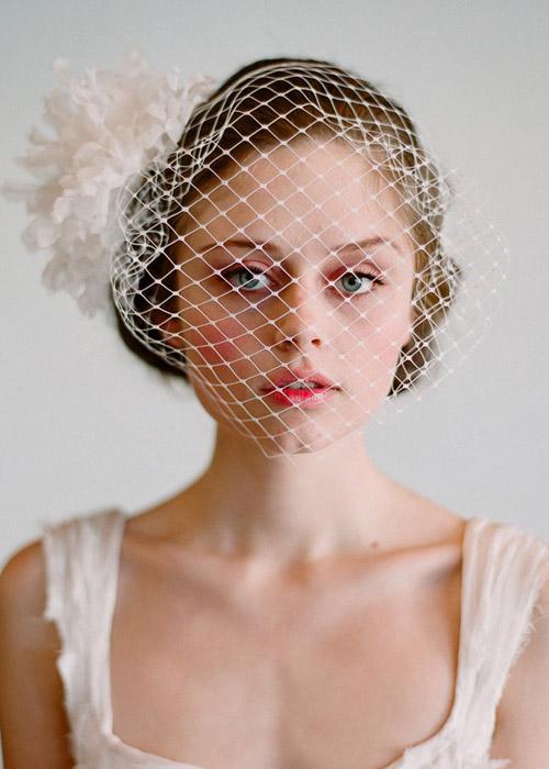 Nàng dâu trẻ trung hơn với hoa cài tóc - 14