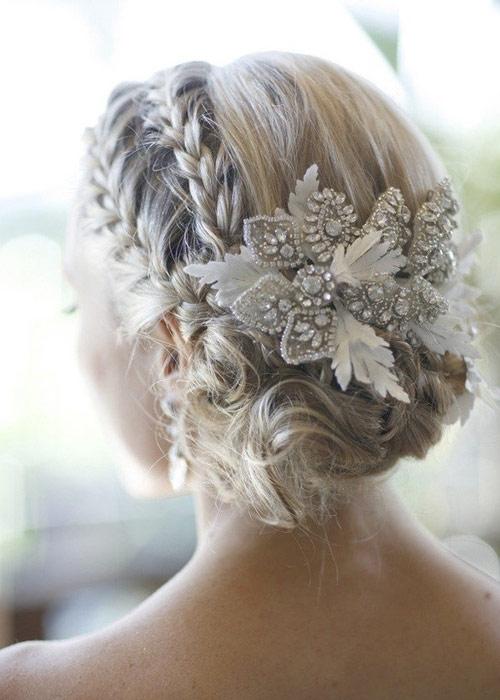 Nàng dâu trẻ trung hơn với hoa cài tóc - 2