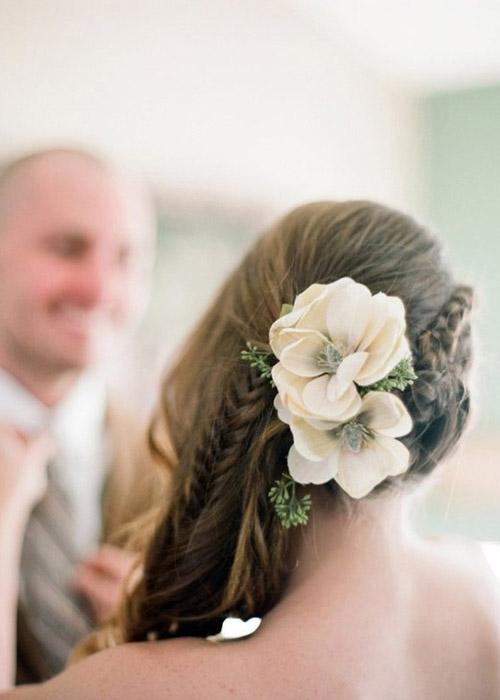 Nàng dâu trẻ trung hơn với hoa cài tóc - 7
