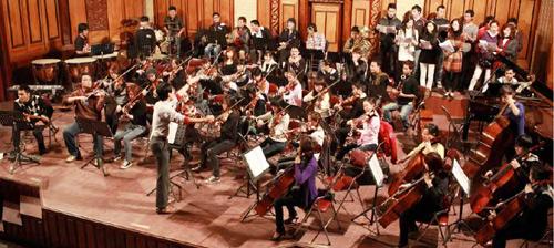 Uyên Linh hát với 74 nhạc công - 3