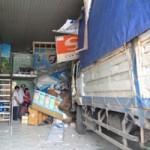 Tin tức trong ngày - Tránh 3 cháu nhỏ, xe tải đâm sập cửa hàng