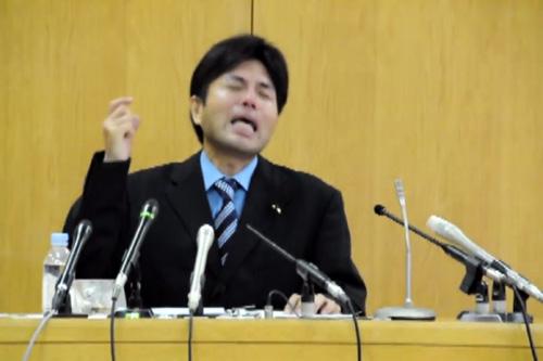 Video nghị sĩ Nhật đập bàn, gào khóc khi họp báo - 2