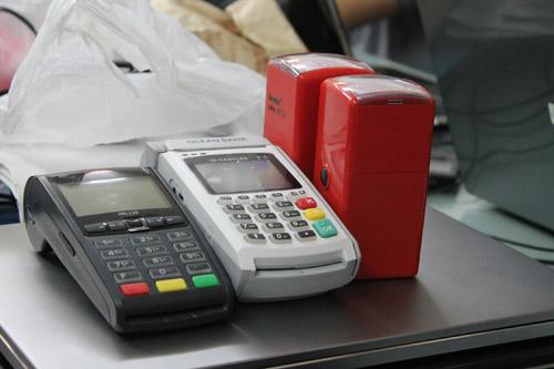 Làm thẻ giả, rút trộm tiền tỷ trong thời gian dài - 2