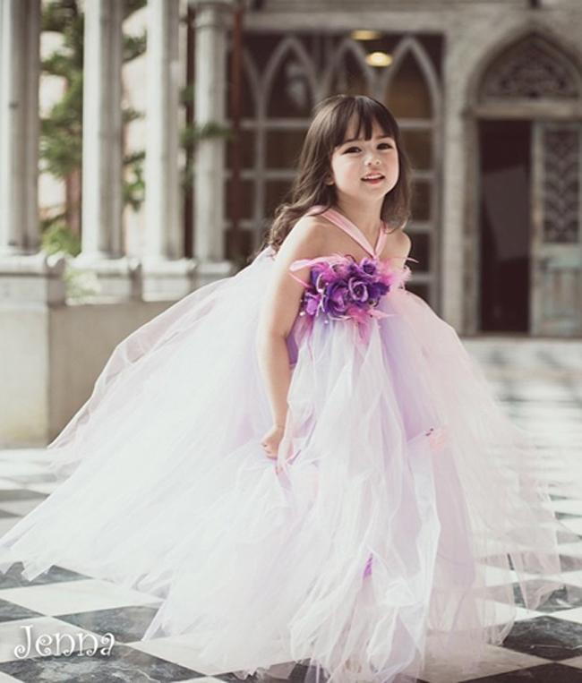 Cô bé 5 tuổi Jirada Moran đến từ Thái Lan hiện đang khiến các phương tiện truyền thông châu Á  phát sốt  bởi vẻ đẹp tự nhiên, trong trẻo và đáng yêu.