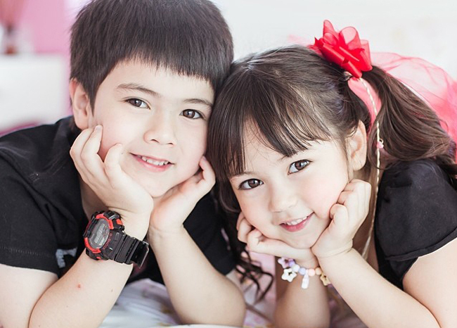 """Cùng với anh trai tên James, Jirada là một trong những ngôi sao  """" nhí """"  nổi tiếng nhất Thái Lan"""