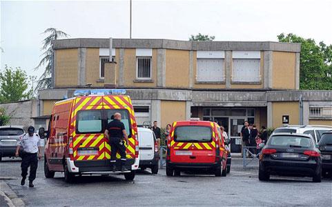 Pháp: Phụ huynh đâm chết giáo viên ngay trong lớp học - 1