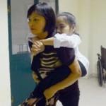 Giáo dục - du học - Xúc động hình ảnh mẹ cõng con đến trường thi