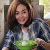 Minh Hằng khéo léo nấu ăn cho trẻ mồ côi