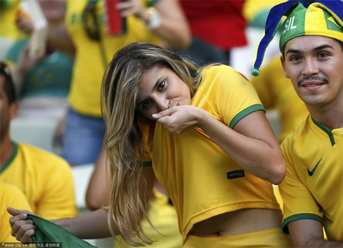 Fan nữ Brazil xinh đẹp, gợi cảm áp đảo CĐV Colombia - 9