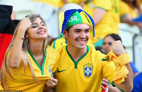 Fan nữ Brazil xinh đẹp, gợi cảm áp đảo CĐV Colombia - 10