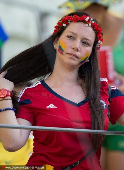 Fan nữ Brazil xinh đẹp, gợi cảm áp đảo CĐV Colombia - 11
