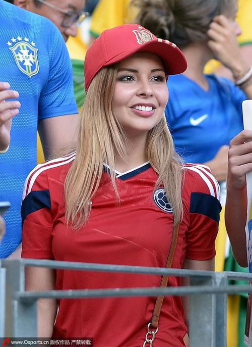 Fan nữ Brazil xinh đẹp, gợi cảm áp đảo CĐV Colombia - 12