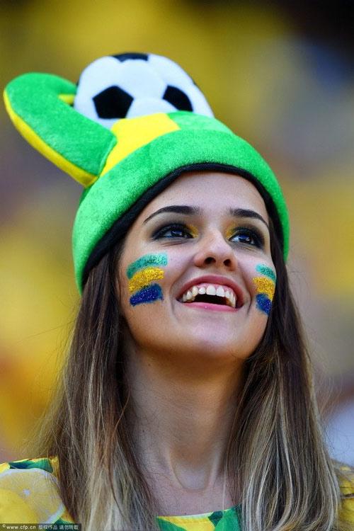 Fan nữ Brazil xinh đẹp, gợi cảm áp đảo CĐV Colombia - 8