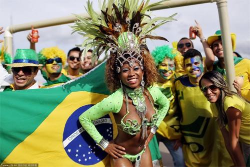 Fan nữ Brazil xinh đẹp, gợi cảm áp đảo CĐV Colombia - 5